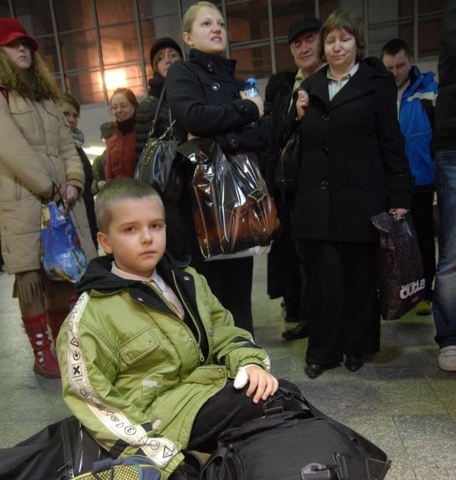 Pani Małgorzata i Jaś czekali z torbami ponad godzinę na kolejny pociąg.