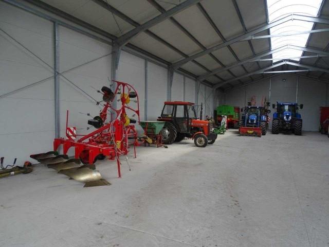Tak garażowane są maszyny w gospodarstwie Dominiki i Karola Bednarczyków z Łachy