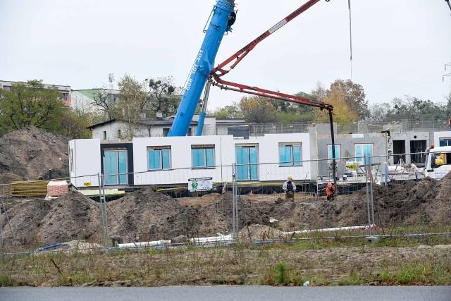 Przy ul. Okólnej w Toruniu powstają Mieszkania Plus. Gotowa jest już pierwsza kondygnacja jednego z budynków. Pierwsi najemcy będą mogli otrzymać klucze do Mieszkań Plus w czerwcu 2022 roku.