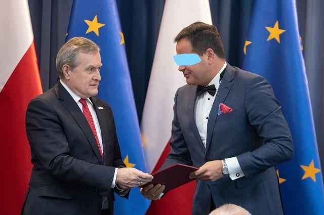 Wicepremier Piotr Gliński wręcza Pawłowi B. nominację do Rady Działalności Pożytku Publicznego. 20 listopada zeszłego roku Paweł B. został z niej wykreślony.