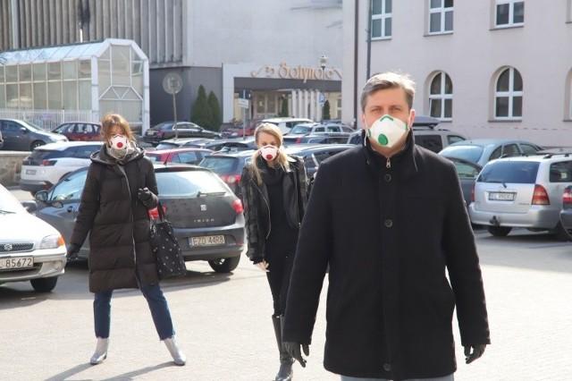 Wszystkie podjęte uchwały na sesji Rady miejskiej w Łodzi były związane z epidemią. Przyznano pomoc dla rodziców, firm i spółek miejskich.Kliknij dalej - zobacz zdjęcia