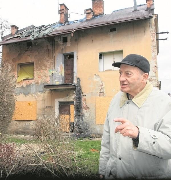 Marian Szabłowski kilkakrotnie interweniował, żeby w końcu miasto posprzątało śmietnik po dawnych lokatorach, bo  był wylęgarnią szczurów.- Teraz liczę, że prezydent  zgodzi się zamienić na działki