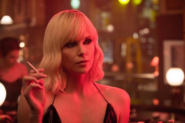 """""""Atomic Blonde"""" red. David LeitchTajna agentka MI6 zostaje wysłana w czasie zimnej wojny do Berlina, aby odnaleźć zaginioną listę podwójnych szpiegów oraz zbadać śmierć jednego z nich. W roli głównej Charlize Theron, która zapowiada, że w filmie """"skopie tyłek"""" niejednemu mężczyźnie. Po """"Mad Maxie"""" to kolejna główna rola aktorki w filmie akcji. Na ten film warto się wybrać chociażby ze względu na to, że nareszcie doczekaliśmy się filmu szpiegowskiego, w którym główną rolę powierzono kobiecie. Partnerują jej świetni aktorzy, m.in. James McAvoy (""""Pokuta"""", """"Wanted"""") czy Eddie Marsam, który zabłysnął przed laty w filmie """"Happy-Go-Lucky, czyli co nas uszczęśliwia"""" i od tego czasu coraz częściej dostaje duże role."""