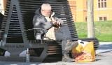 Bezdomni na Dworcu Głównym PKP są agresywni, pijani, odstraszają i wymiotują w restauracji. Policja: Mogą przebywać, gdzie chcą