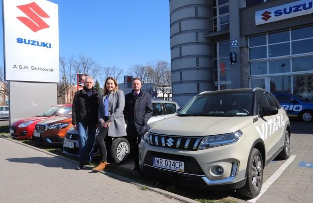 Salon Suzuki Bińkowski w Radomiu przekaże pracownikom radomskich szpitali samochody testowe. Od lewej: Robert Bińkowski, prezes, Sylwia Niedziałek, członek zarządu i Łukasz Bińkowski, wiceprezes.