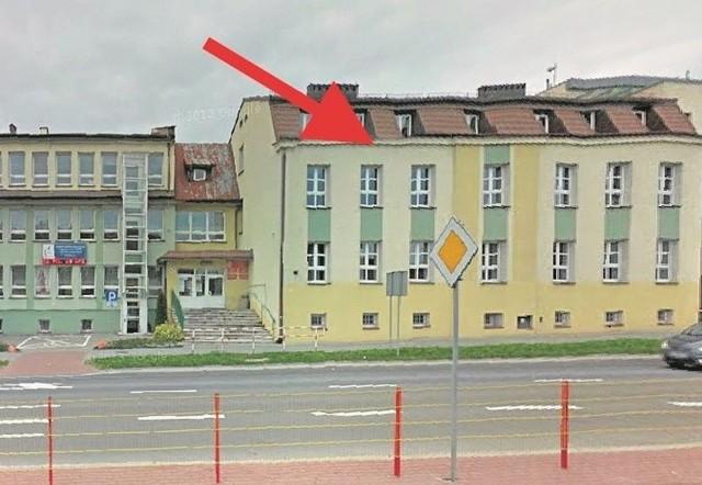 Część gmachu szkolnego stanowi dawna kamienica Konstantego Łuszczewskiego zbudowana między 1884 a 1889 r.