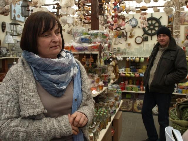 Mielno. Handlowy początek sezonu taki sobie- My już zgodnie z naszą tradycją zdecydowaliśmy się otworzyć sklep z pamiątkami i nie tylko właśnie na długi weekend i na razie jest kiepsko w porównaniu z minionym rokiem - mówi pani Anna, handlująca w Mielnie przy ul. Chrobrego.