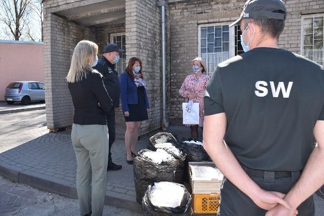 Kilka tysięcy maseczek trafiło do zielonogórskiego szpitala. Ponadto 40 kombinezonów ochronnych i 700 maseczek przekazanych zostało także dla OSP w Kożuchowie i Nowej Soli.