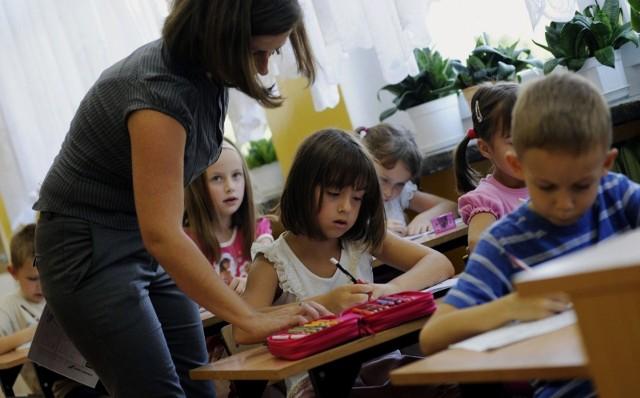 Zarobki nauczycieli wzbudzają ogromne emocje. Ostatnia podwyżka wynagrodzeń dla nauczycieli weszła w życie 1 stycznia 2019 roku. Zobacz, jak kształtują się minimalne stawki wynagrodzenia zasadniczego w polskich szkołach.Przejdź do kolejnych slajdów --->