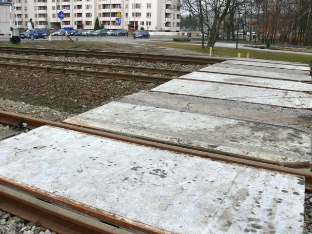 Przejazd kolejowy w poprzek ulicy Popiełuszki. Od poniedziałku ruch pojazdów w tym miejscu zostanie wstrzymany do 5 marca czyli na dwa tygodnie.