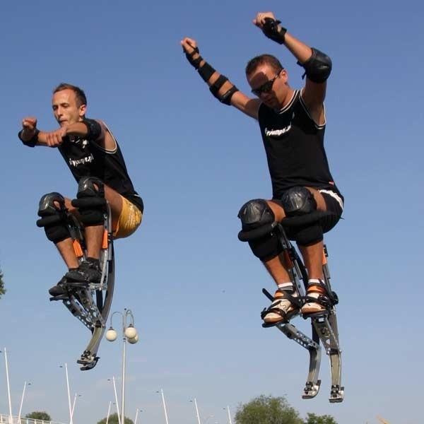 """""""SkyJumper"""" lub """"SkyRunner"""" to giętkie szczudła, przeznaczone zarówno dla dzieci jak i dla dorosłych. Najważniejszym elementem konstrukcji są węglowe ścięgna, dzięki, którym skoczkowie mogą wzbijać się wzwyż na 2 metry i skakać na odległość 3 metrów."""