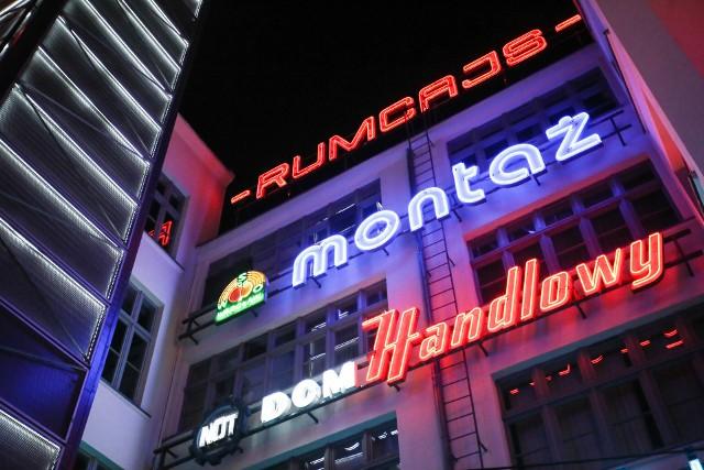 NOT - neon Naczelnej Organizacji Technicznej pochodzi z budynku, gdzie urząd znajdował się przy ul. PiłsudskiegoDOM HANDLOWY - pochodzi ze sklepu domu towarowego przy ul. Robotniczej.Przejdź na kolejny slajd za pomocą strzałek bądź gestów na telefonie, aby zobaczyć wrocławskie neony