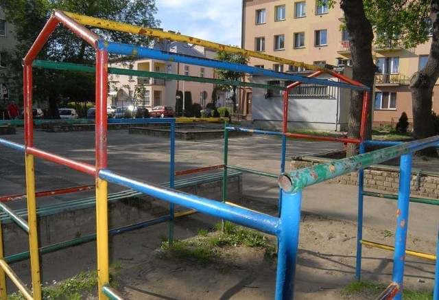 Ten plac zabaw jest niebezpiecznyZaprosili nas mieszkańcy bloków przy ul. Piłsudskiego, Placu Ofiar Getta, Sobieskiego, abyśmy zobaczyli, jakie warunki do zabawy mają ich dzieci.