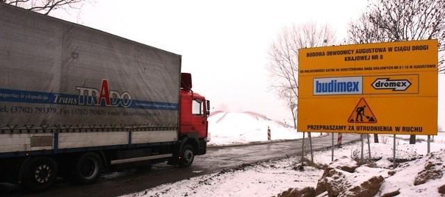 Tiry nadal będą jeździły przez centrum Augustowa. Budowa obwodnicy stoi, a zarząd województwa nie pozwolił na objazd.
