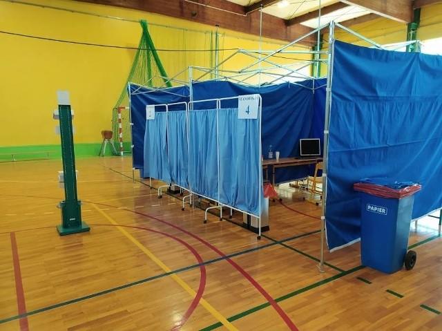 Punkt Powszechnych Szczepień w Łasinie mieści się w sali sportowej SP przy ul. Curie-Skłodowskiej. Miał rozpocząć działanie od 4 maja, jednak nie dojechały na czas szczepionki. Jego uruchomienie nastąpi najprawdopodobniej 5 maja