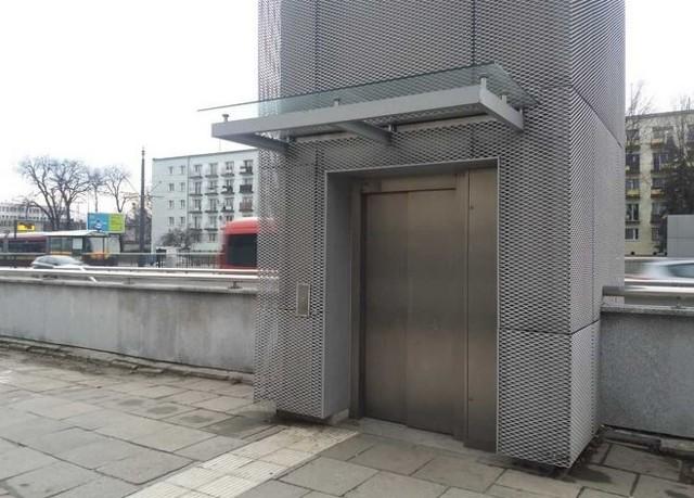 Bardzo zdumiony był mężczyzna, który chciał skorzyć z windy w przejściu podziemnym na al. Piłsudskiego. Gdy otworzyły się drzwi dźwigu, oczom łodzianina ukazała się para koczujących w windzie bezdomnych. Mężczyzna wezwał na miejsce straż miejską.