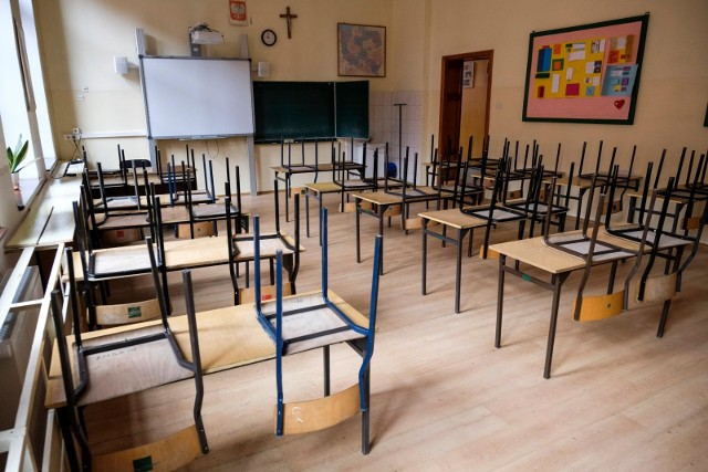 Nauka zdalna została przedłużona do 3 stycznia. Uczniowie do szkolnych ławek maja wrócić po feriach zimowych, a więc 18 stycznia. Oznacza to, że zamknięcie szkół potrwa o miesiąc dłużej niż początkowo planował rząd. Jednak już teraz pojawiają się zapowiedzi, że być może nauka zdalna w styczniu nadal będzie kontynuowana dla niektórych uczniów.
