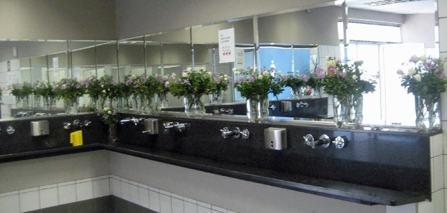 Publiczna toaleta na stacji benzynowej w RPA. U nas świeżych kwiatów w podobnych przybytkach raczej się nie uświadczy.