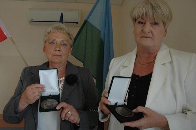 Emilia Weimann (z lewej) i Zofia Sosnowska prezentują okolicznościowe medale z okazji 20-lecia samorządu. Obie panie twierdzą, że ich miasto i gmina w tym czasie zmieniły się na lepsze