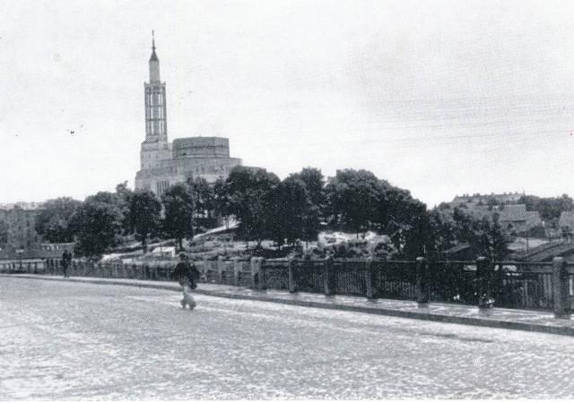 Po zlikwidowaniu zakrętu śmierci. Nowy wiadukt na Dąbrowskiego. Około 1939 roku.