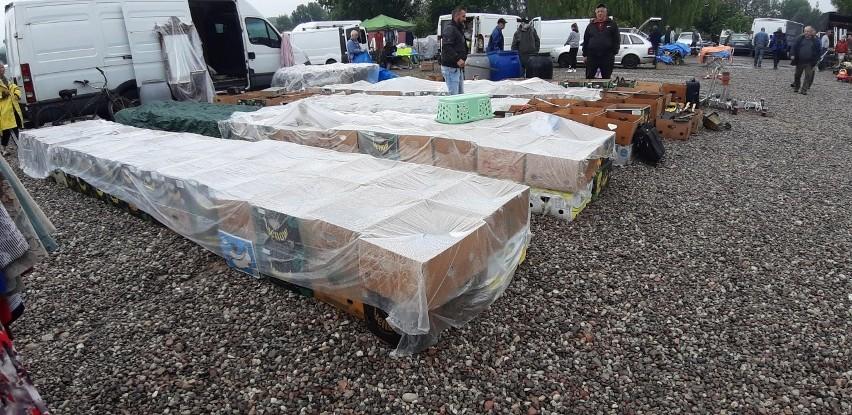 W niedzielę, jak co tydzień, na terenach podożynkowych w Koszalinie wystartowała giełda. Zarówno sprzedających, jak i kupujących nie przestraszył deszcz, który spadł rano. Handel kwitnie. Zobacz nasze zdjęcia, by sprawdzić, co dziś można znaleźć na stoiskach.