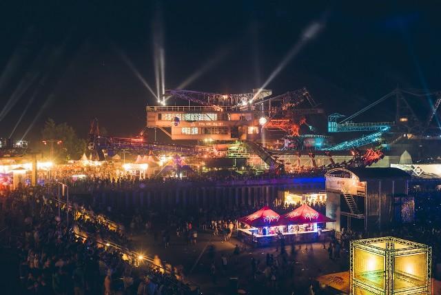 Widok na miasteczko festiwalowe Ferropolis