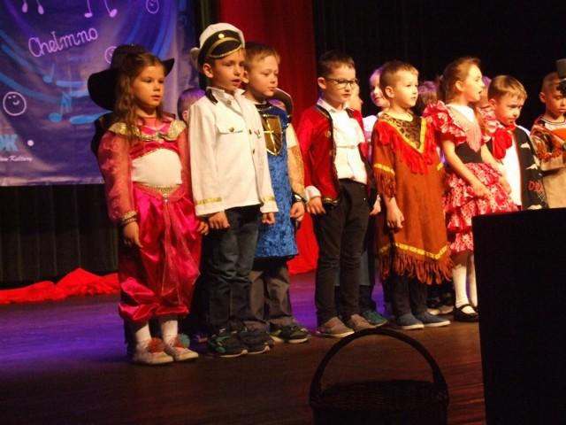 """Podczas przeglądu piosenki przedszkolnej, dzieci ze wszystkich chełmińskich placówek zaprezentowały na scenie kinoteatru """"Rondo"""" piosenki znane każdemu maluchowi. - Nie sprawdzaliśmy jakości wykonań, chodziło o dobrą zabawę - mówi Kamila Cieślewicz z Chełmińskiego Domu Kultury. I dodaje: - Każde przedszkole prezentowało jeden wspólny utwór, ale także zaprezentowało swojego solistę z przedszkola."""