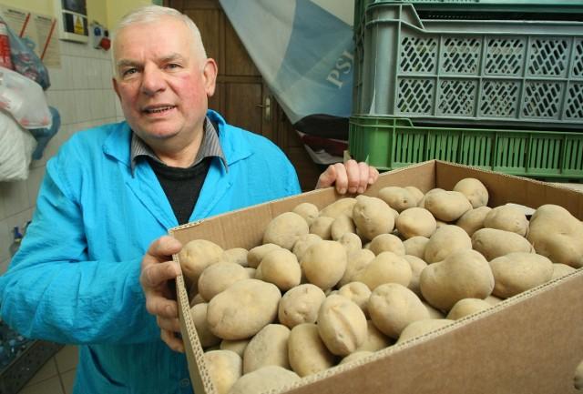 Groza w warzywniaku. Porażające ceny ziemniaków Marian Sikora, który prowadzi sklep warzywniak od 35 lat nie pamięta tak drastycznego wzrostu cen ziemniaków, jak w tym roku.
