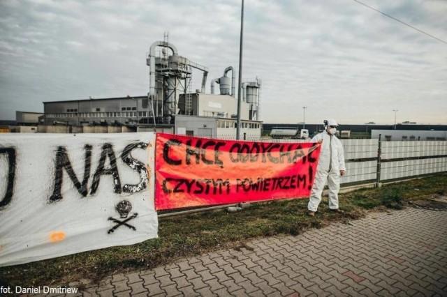 Protest mieszkańca przed zakładem Krynicki Recycling S.A. w Lublińcu