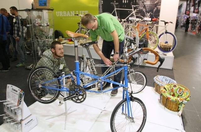 Najdroższy rower na wystawie w Kielcach brytyjskiej marki Moulton, który ma swoją premierę na targach rowerowych, kosztuje 80 tysięcy złotych. Prezentowany na zdjęciu model można łatwo i szybko rozłożyć i schować w bagażniku samochodu. Niektóre elementy zrobione są z czystego srebra.