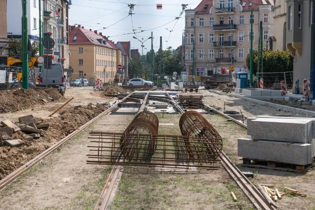 Trwa podzielona na dwa etapy przebudowa torowisk na ulicach Wierzbięcice i 28 Czerwca 1956 r. W pierwszym z nich przebudowywana jest ulica Wierzbięcice. Znajdujące się na niej torowisko ma zostać odseparowane od ruchu samochodowego. Choć prace uległy opóźnieniu, postępy można łatwo zauważyć. Ułożono już sporą część nowego torowiska, przygotowywane są też materiały i miejsce pod budowę jezdni i chodników.Przejdź do kolejnego zdjęcia --->