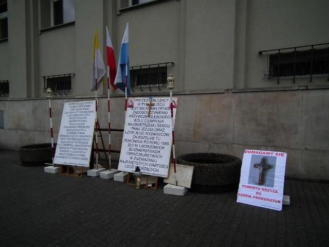 Od rana przez kilka godzin przed gmachem sądu prowadzony był milczący protest Komitet Obrony Ludzi Wierzących