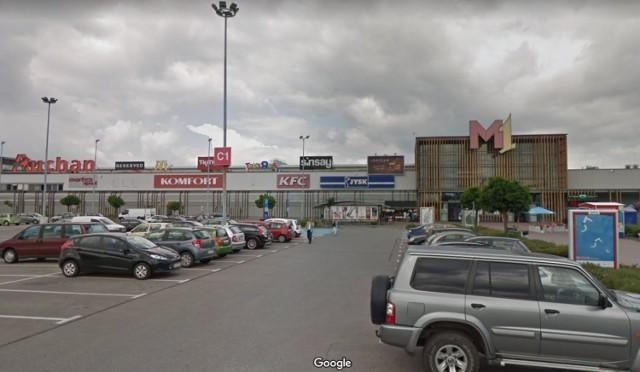 Poszukiwany i nietrzeźwy driftował na parkingu przed zabrzańskim M1.Zobacz kolejne zdjęcia. Przesuwaj zdjęcia w prawo - naciśnij strzałkę lub przycisk NASTĘPNE