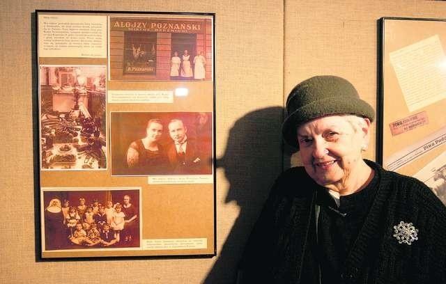 """Autorka dzisiejszych wspomnień Barbara Skopińska na pierwszej wystawie albumowej """"Nowości"""" w Muzeum Etnograficznym w Toruniu w grudniu 2008 roku Fot. Archiwum"""