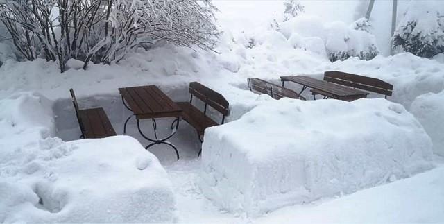 W Beskidach wciąż sporo śniegu. W rejonie Błatniej spadło go taka ilość, jak przez całą zimęZobacz kolejne zdjęcia. Przesuwaj zdjęcia w prawo - naciśnij strzałkę lub przycisk NASTĘPNE