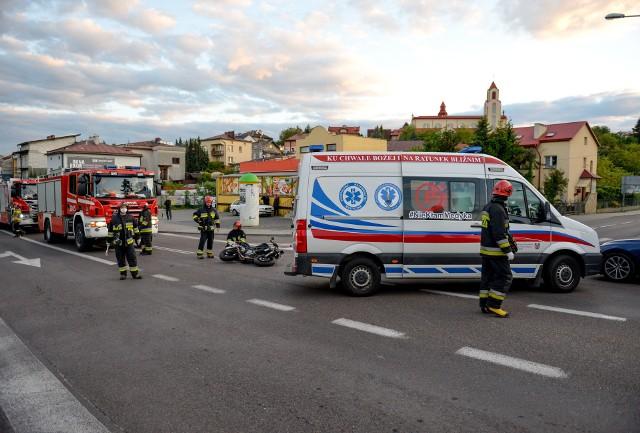 Do zdarzenia doszło w poniedziałek około godz. 20 na skrzyżowaniu ul. 3 Maja z ul. Opalińskiego w Przemyślu. 22-letni motocyklista z pow. jarosławskiego zderzył się z oplem. Pogotowie ratunkowe zabrało kierującego jednośladem do szpitala. Aktualizacja, wtorek- Kierująca oplem, 41-letnia przemyślanka skręcając w lewo w ul. Opalińskiego nie ustąpiła pierwszeństwa motocykliście jadącemu w kierunku centrum miasta - powiedziała podkom. Marta Fac z KMP w Przemyślu. 22-latek nie doznał poważnych obrażeń. 41-latka została ukarana przez policjantów mandatem.