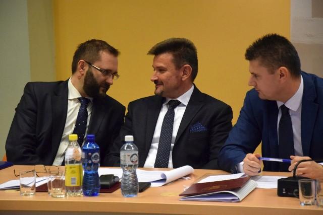 Nowy i stary starosta kluczborski: pierwszy z lewej Mirosław Birecki, w środku Piotr Pośpiech. Birecki obarcza poprzednika za zadłużenie powiatu, a Pośpiech odpiera, że jego następca manipuluje.