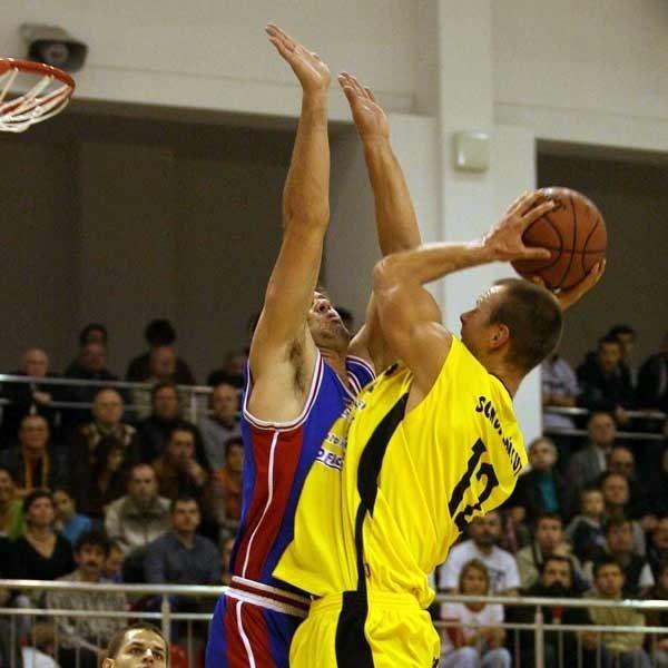 W Łańcucie nikt nie dopuszcza myśli o przegranej ze Zniczem Pruszków. Na zdjęciu Piotr Ucinek (z piłką), który po wyleczeniu kontuzji pali się do gry.