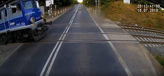 Na nagraniu ma być widać, że w momencie, gdy pociąg przejeżdżał przez przejazd rogatki były podniesione.