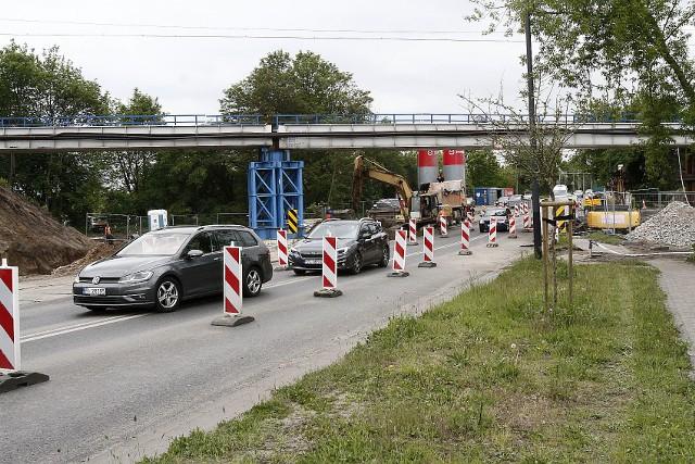We wtorek koło południa wstrzymano ruch z Łodzi w kierunku Zgierza, kierując auta objazdem. Natychmiast utworzył się korek