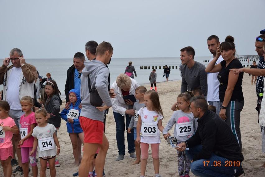 """Przed nami 22. edycja biegu Cztery Mile Jarka. Od godz. 11 biegać będą dzieci – i te najmłodsze i te starsze, a ok. godz. 14 start biegu głównego. - Dystans wynosi ok. 9500m. Bieg odbywa się w połowie plażą. Nazwa biegu może trochę mylić. """"Cztery"""" – nawiązuje do dystansu jaki uprawiał Jarosław Marzec, czyli 400 m, zaś """"mile"""" ma podkreślić morski charakter biegu – informują organizatorzy.22 sierpnia minie 22 lata od tragicznej śmierci Jarosława Marca, mieszkańca Dziwnowa, który zginął w wypadku samochodowym pod Brzozowem. W wypadku zginęli również mistrzowie olimpijscy Tadeusz Ślusarski i Władysław Komar. Marzec był specjalistą od biegu na 400 m. Zdobył trzy medale Mistrzostw Polski w sztafecie 4x400m (złoty, srebrny i brązowy) na stadionie otwartym, a w 1983 roku został halowym mistrzem kraju."""