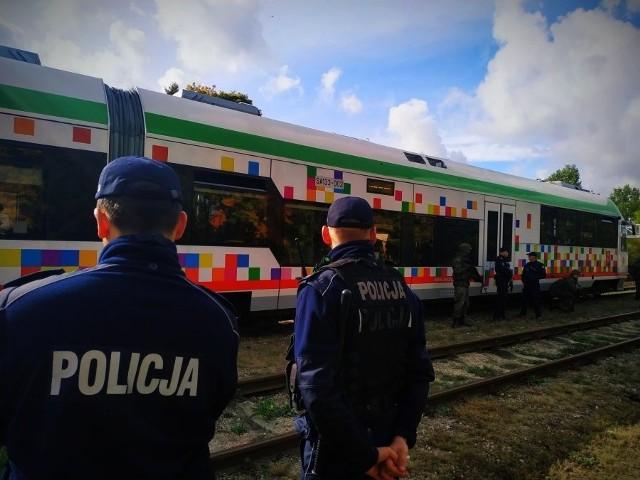 Kilkudziesięciu funkcjonariuszy zabezpieczało trasy przejazdu osób ewakuowanych z różnych części województwa. Ćwiczenia miały na celu wypracowanie metod współdziałania różnych instytucji i ewentualnie dokonać korekt w dokumentach regulujących współdziałanie służb i instytucji pozamilitarnych z obronnością.