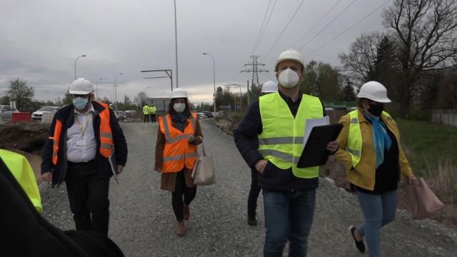 Próbki kruszywa do badań były pobierane w obecności komisji przez pracowników atestowanego laboratorium - przypominają mieszkańcy gminy Długołęka