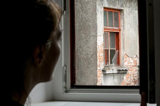 W Sępólnie w mieszkaniu mężczyzny odbywającego kwarantannę domową nieznani sprawcy wybili szybę w oknie