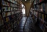 Biblioteka Uniwersytecka się przenosi. Półtora miliona książek czeka na transport [FILM, ZDJĘCIA]