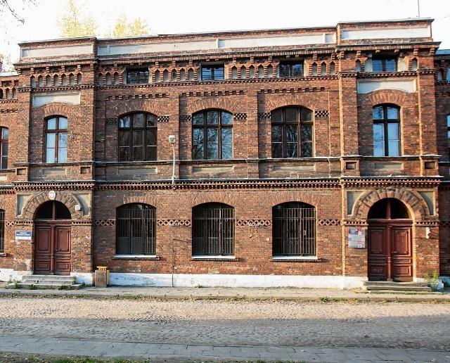 Jeden z dwóch bliźniaczych budynków szkolnych. Do gotyku nawiązuje m.in. fryz arkadowy pod dachem