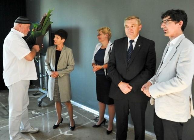 Marek Waszkiel (pierwszy z lewej) żegna się z władzami miasta i nowym dyrektorem Białostockiego Teatru Lalek.
