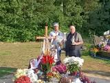 Syn Krzysztofa Krawczyka na grobie ojca. Krzysztof Krawczyk junior odwiedził grób taty w dniu 75 urodzin
