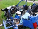 Czołowe zderzenie daewoo i renaulta. Strażacy użyli narzędzi hydraulicznych, kierowca nie żyje. (zdjęcia)
