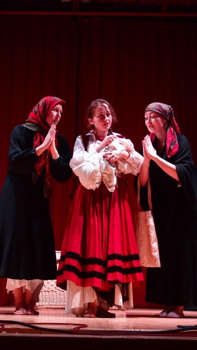 Spektakl zrealizowany jest przez Stowarzyszenie Inicjatyw Twórczych Manowce otrzymał dwie nagrody podczas Wojewódzkiego Przeglądu Teatru Obrzędowego w Osięcinach